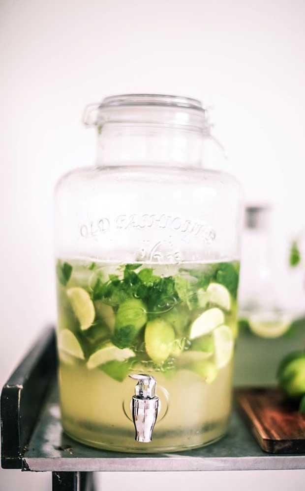 Você pode recepcionar os seus convidados com uma suqueira com água saborizada ou com uma outra bebida refrescante