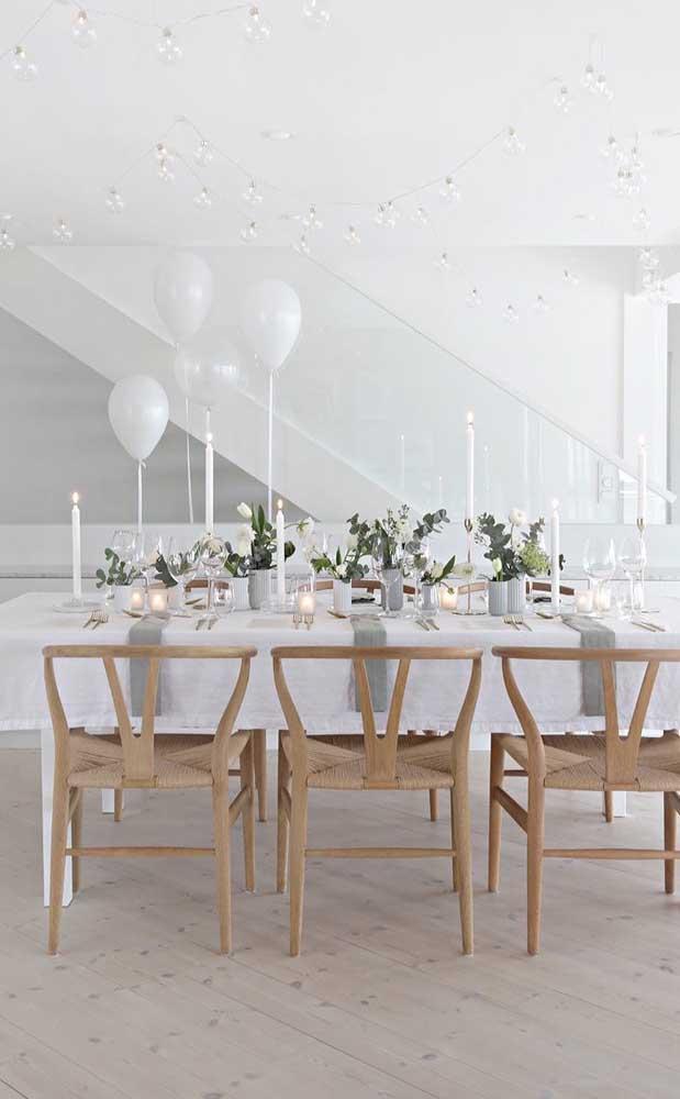 Decoração simples e delicada em tons de branco para a festa de noivado simples feita em casa