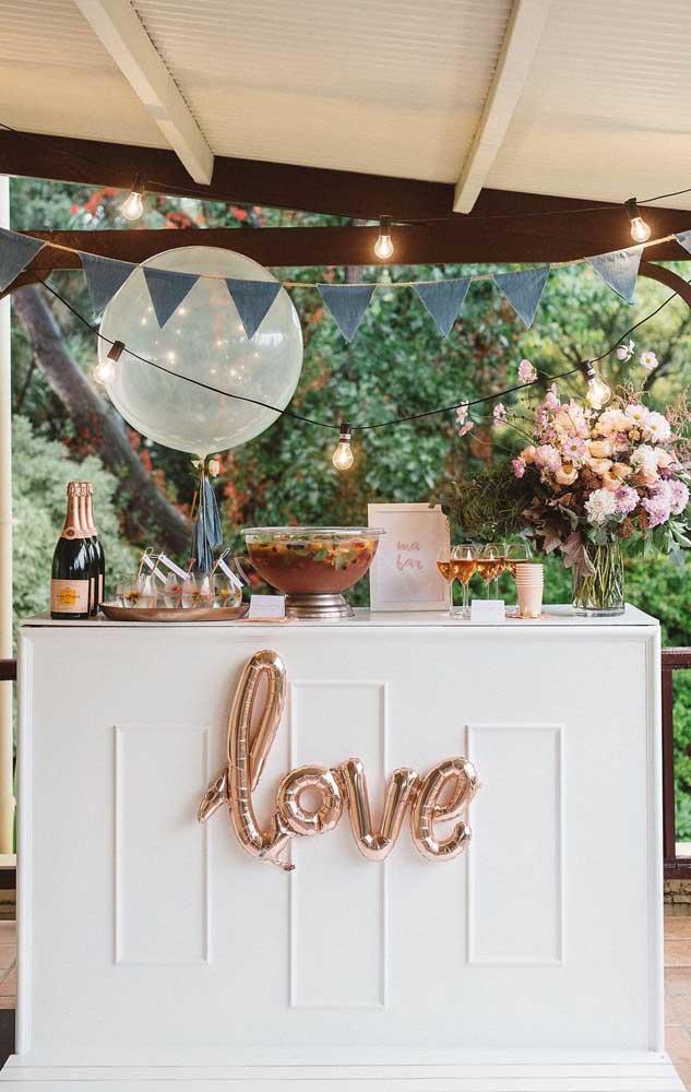 Decorar com bandeirolas, luzes e balões são ótimas opções para um noivado simples e barato