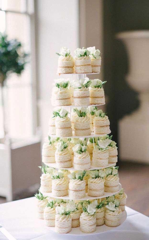 A torre de lanchinhos ficou linda e delicada; perfeita para um noivado simples