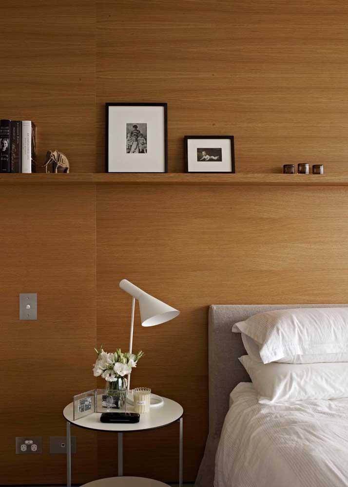 Prateleira para o quarto seguindo o mesmo revestimento de madeira da parede; efeito uniforme para o ambiente