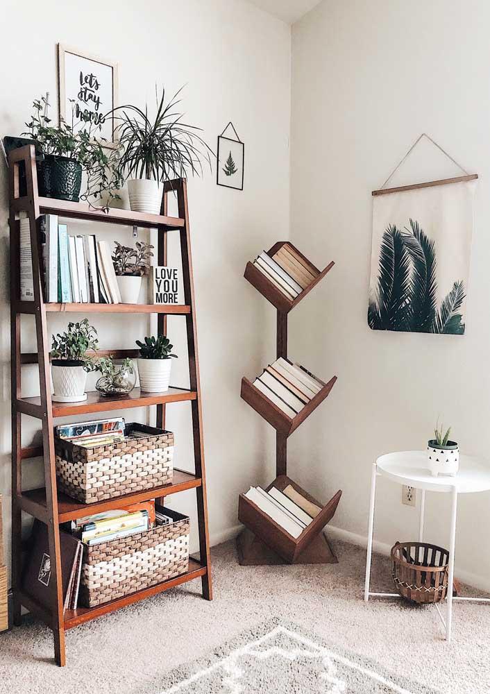 Dois formatos diferentes de prateleiras se destacam nesse quarto; a primeira em estilo estante e a outra, em formato de canto, para acomodar os livros