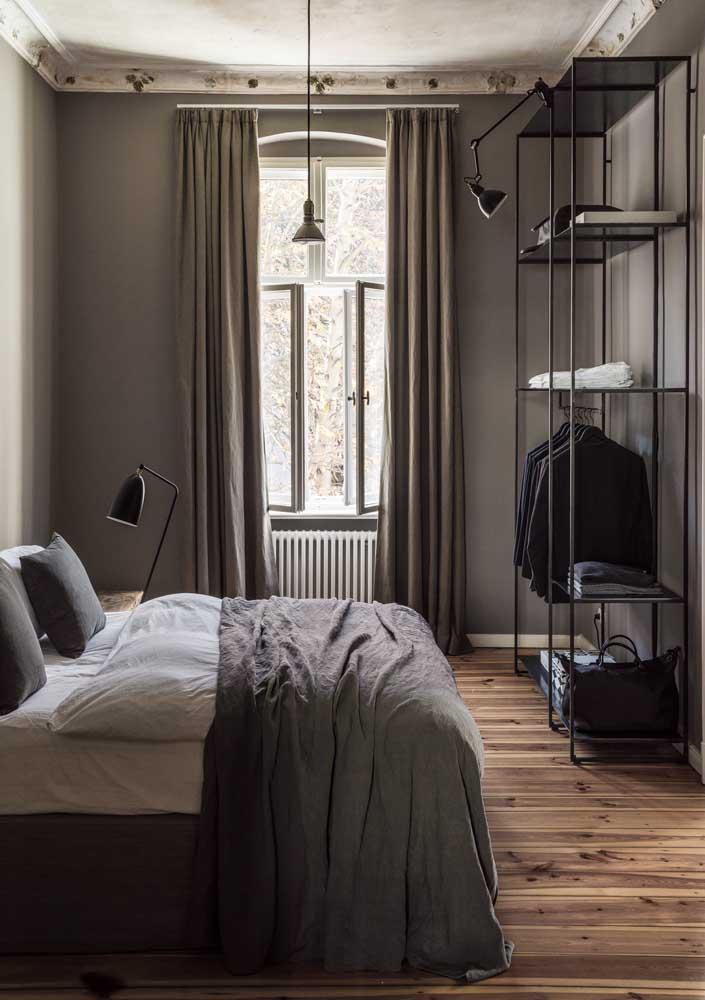Prateleiras de ferro para o quarto em formato de estante; estilo industrial mesclado aos detalhes clássicos do ambiente