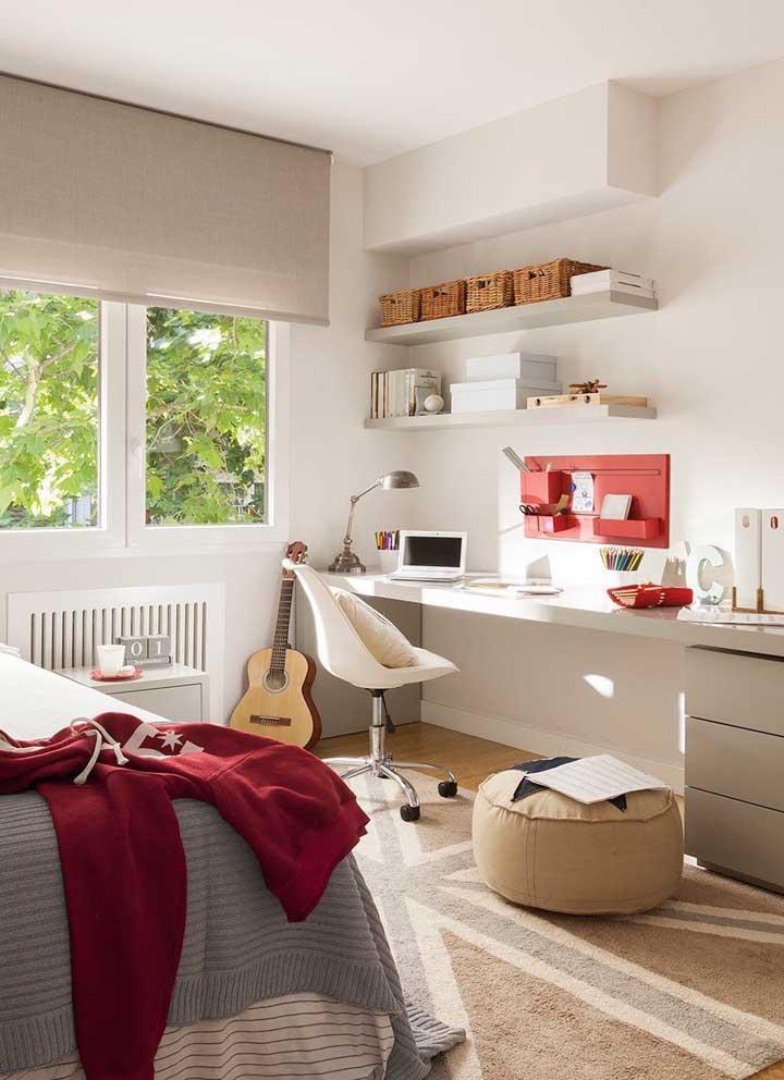 O quarto de casal com home office traz prateleiras altas com cestos organizadores