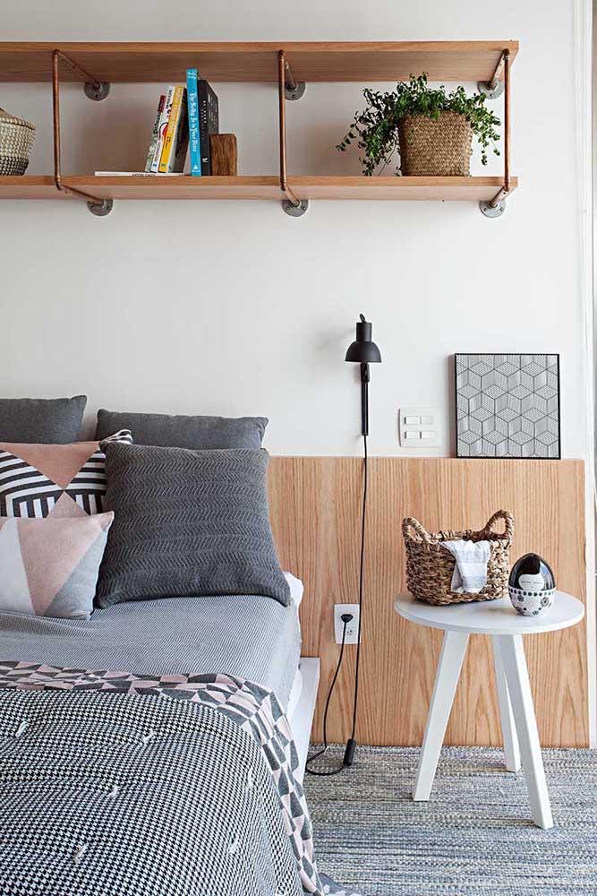 Prateleiras altas com suporte de ferro; estilo moderno e arrojado para o quarto