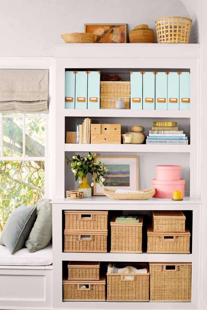 Lembre-se que a apresentação da prateleira é muito importante na decoração do quarto, portanto, abuse de belos cestos e caixas organizadoras