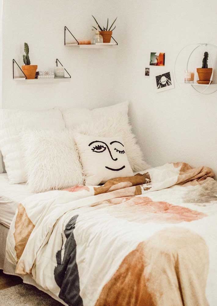 O quarto de influência escandinava apostou em pequenas prateleiras espalhadas ao redor da cama