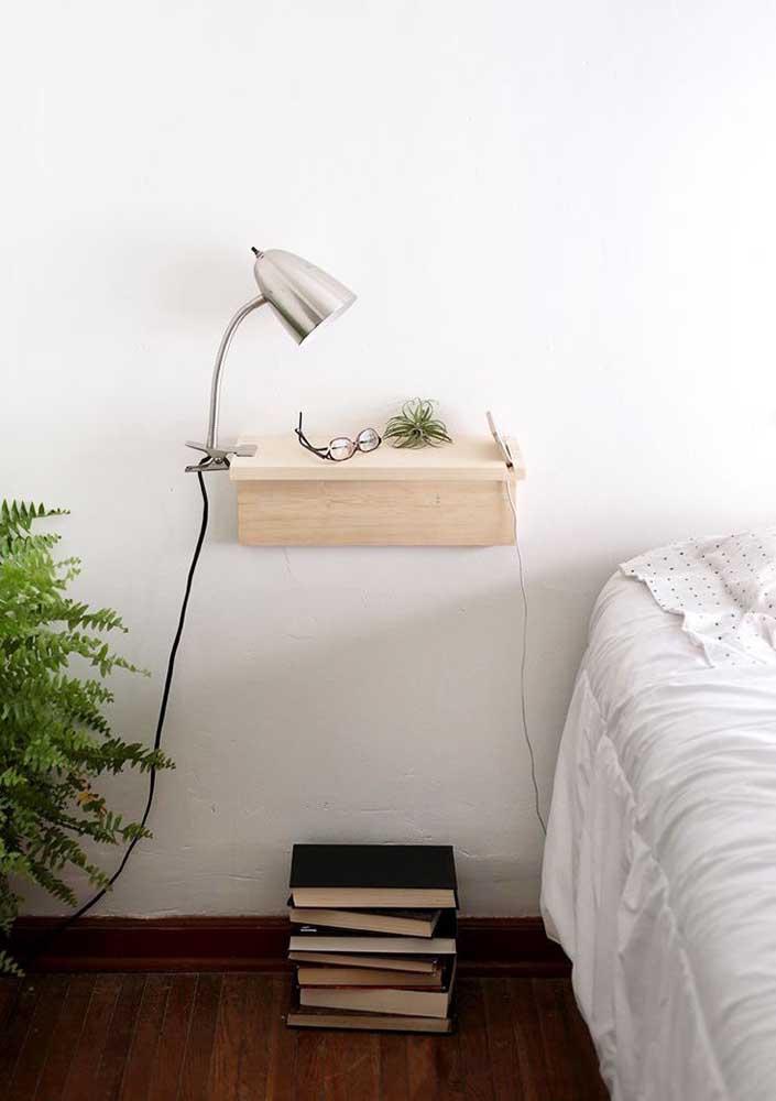 Para os minimalistas, essa sugestão de prateleira é perfeita: pequena, simples e funcional