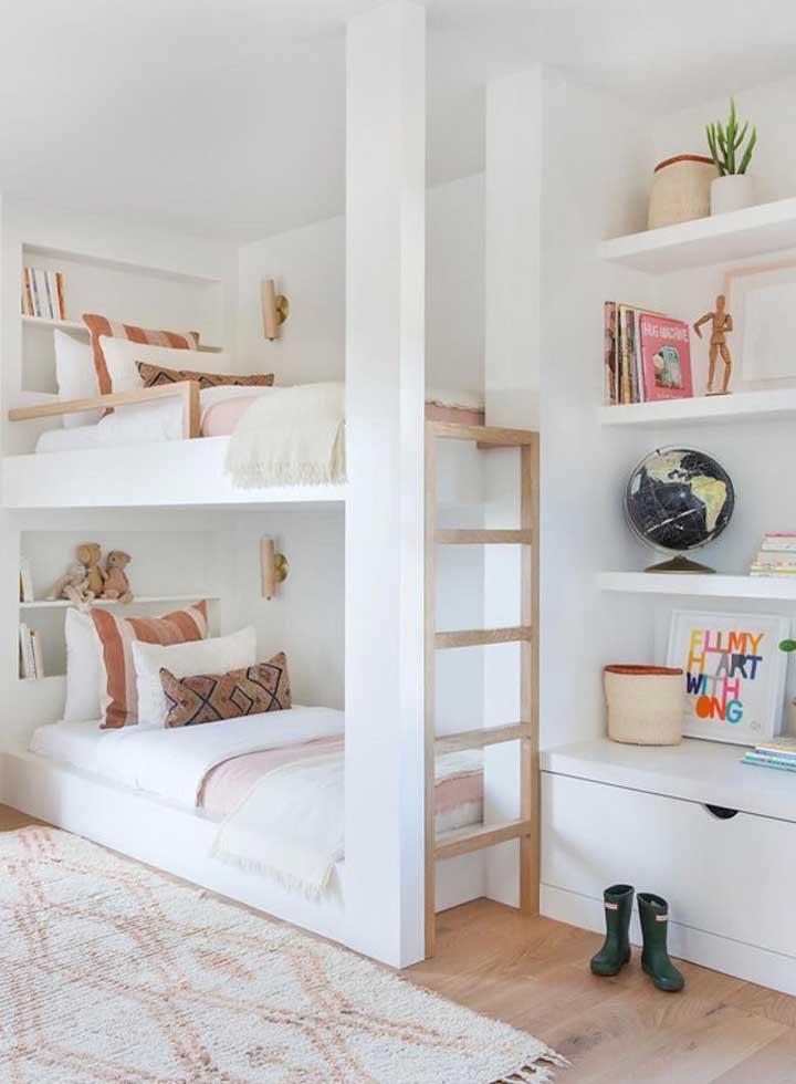 Prateleiras embutidas na parede para o quarto infantil; facilidade para manter a organização
