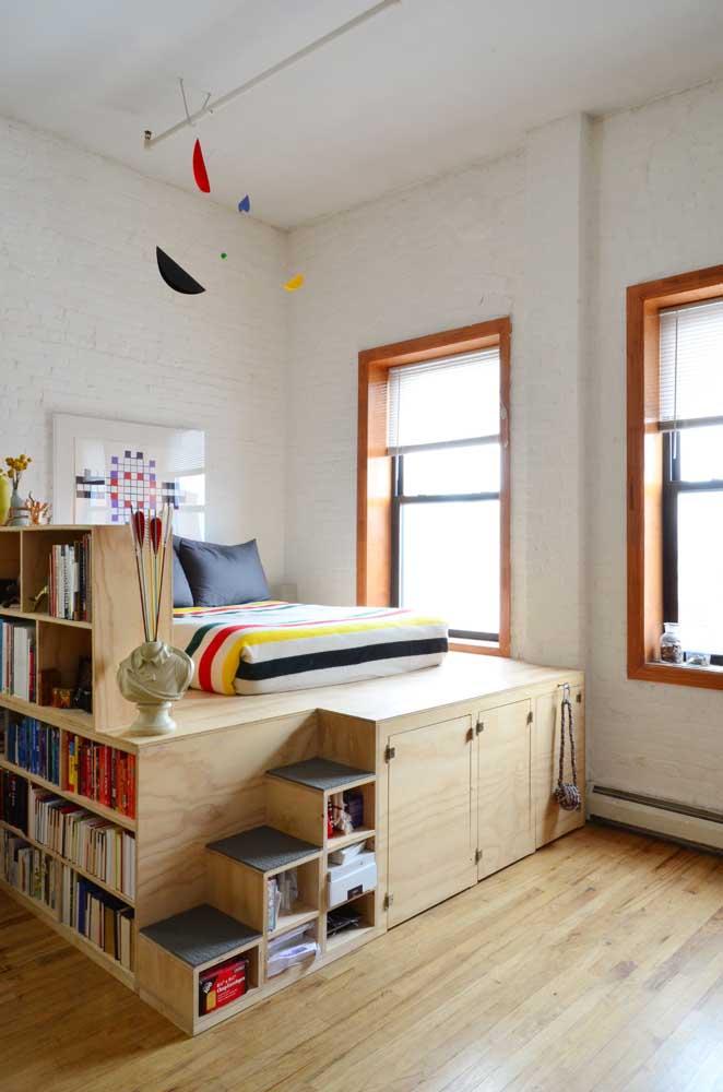 Nesse quarto de casal, as prateleiras, nichos e armários foram colocados sob a cama; um modo diferente e despojado de otimizar os espaços