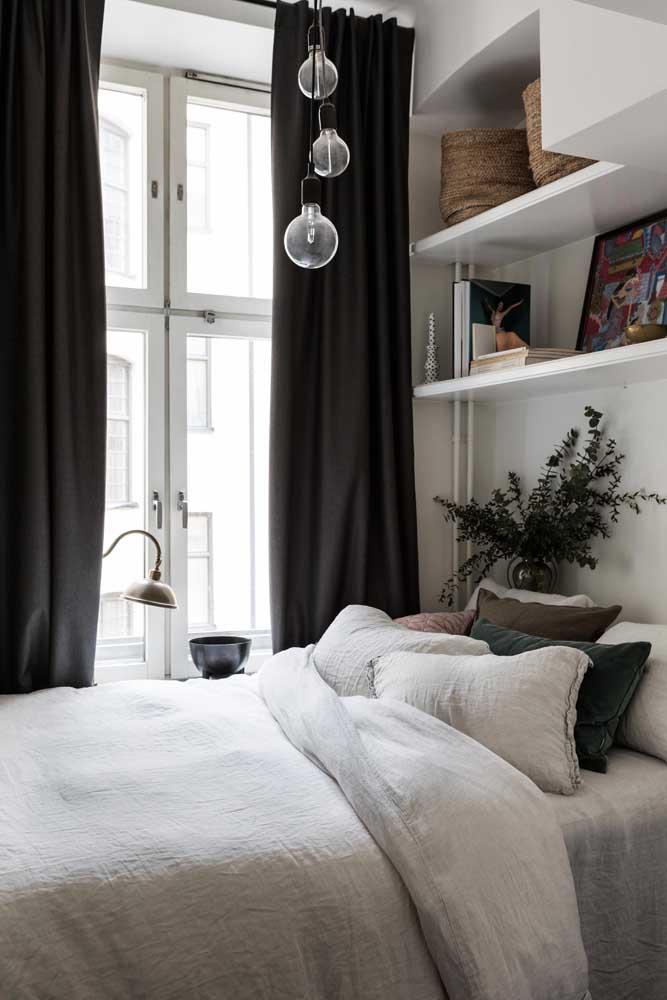 Mas se preferir, ao invés de usar as prateleiras ao lado da cama, pode usá-las acima, sobre a cabeceira