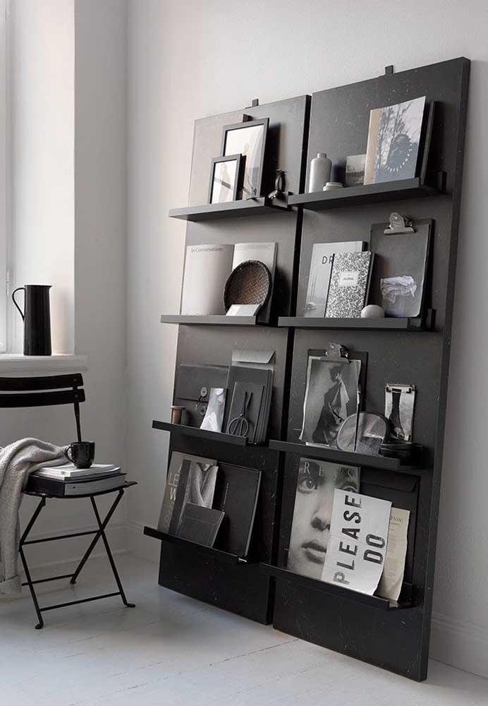 Aqui, nesse quarto moderno e minimalista, as prateleiras podem ser movimentadas sempre que desejar, já que são apenas apoiadas na parede