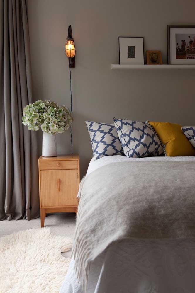Prateleira para quarto simples, como essa da imagem, custam bem pouco e já são suficientes para mudar a decoração do quarto