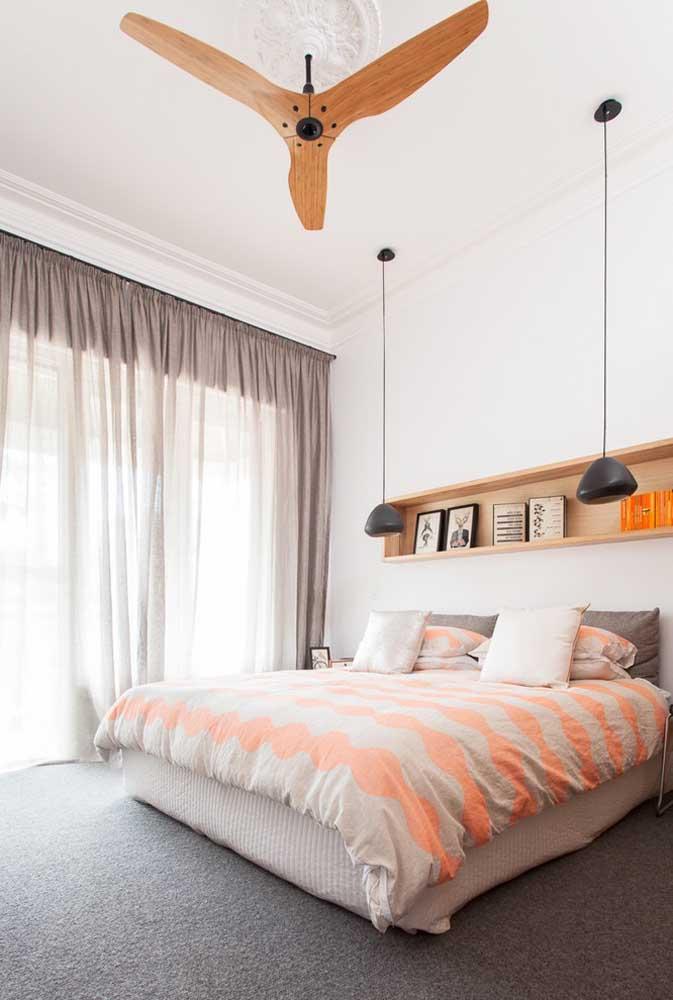 Prateleira embutida sobre a cabeceira da cama; uma alternativa aos criados mudos