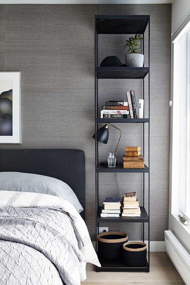 A estante com prateleiras em base de ferro cria um clima industrial e despojado no quarto