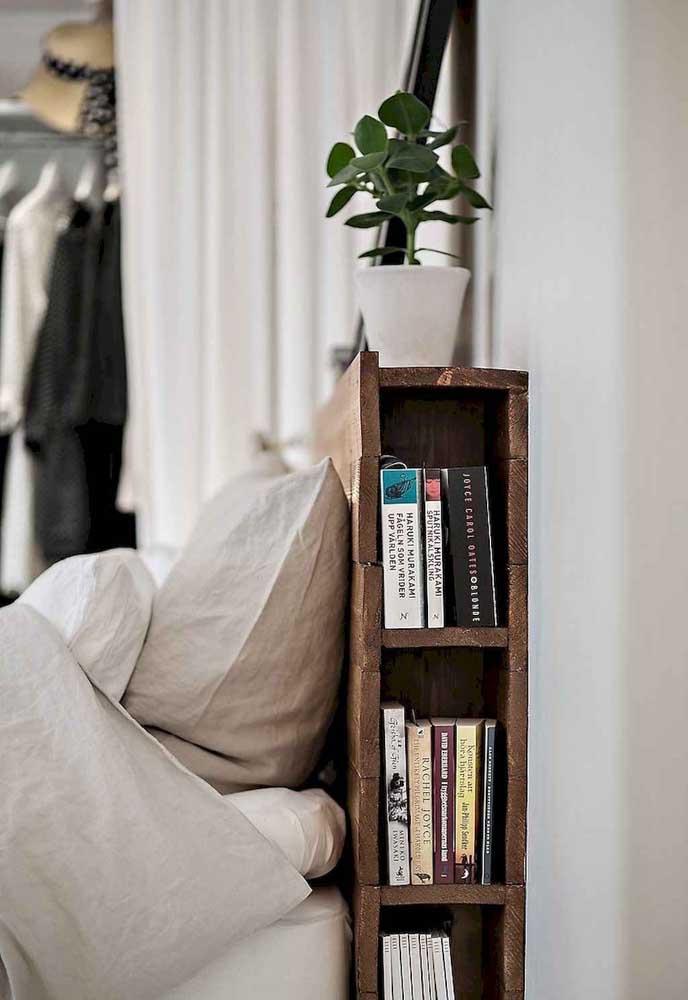 Uma ideia e tanto para se inspirar: aqui, a cabeceira feita de pallets funciona também como prateleira para os livros