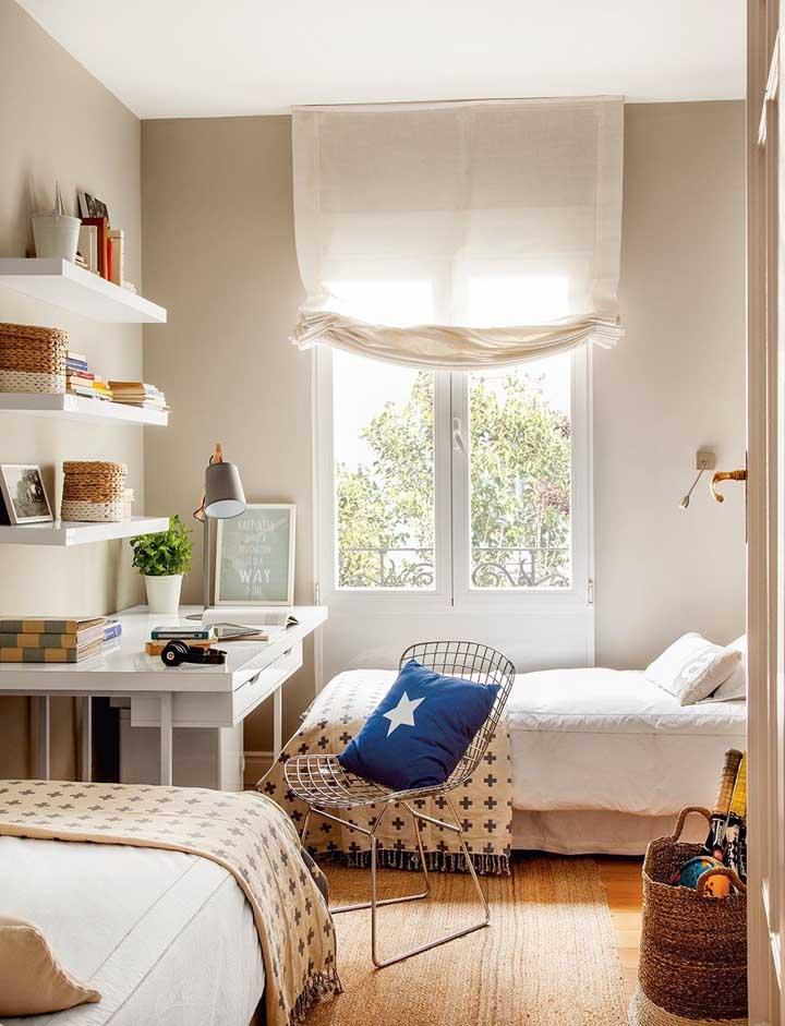 O quarto juvenil compartilhado traz prateleiras brancas sobre a escrivaninha; ideal para organizar itens de estudo