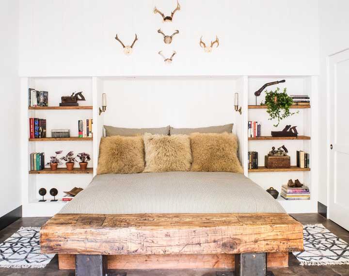 Nesse quarto de casal, as prateleiras embutidas formam um criado mudo diferente e original