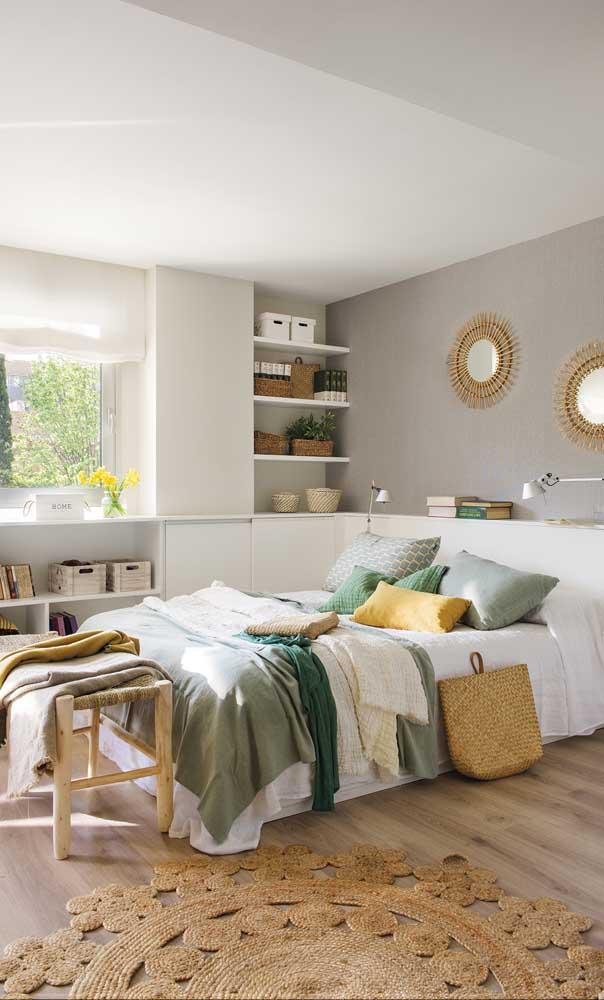 Prateleiras embutidas na parede lateral do quarto: organize e decore ao mesmo tempo