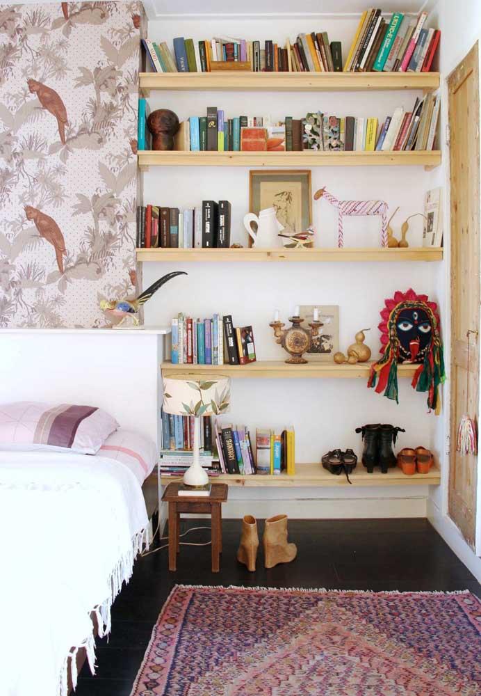 Aqui nesse quarto, as prateleiras expressam a personalidade e estilo dos moradores