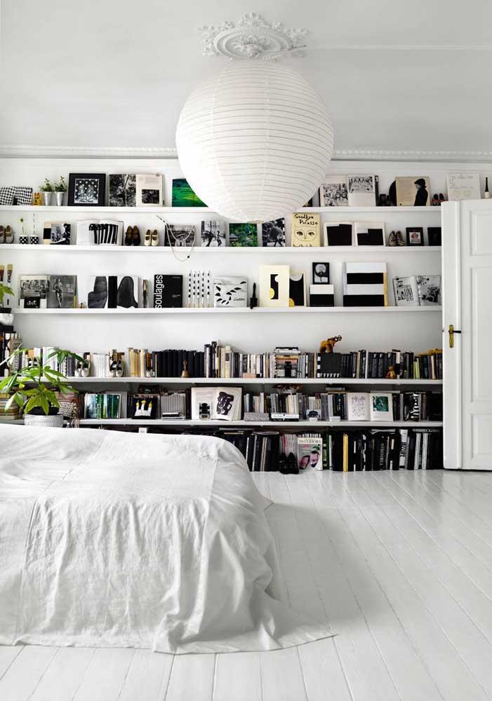 Nesse quarto, as prateleiras são as grandes estrelas da decoração