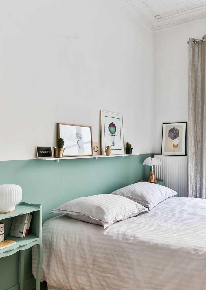Nesse quarto, a prateleira foi posicionada na linha exata que divide a pintura da parede