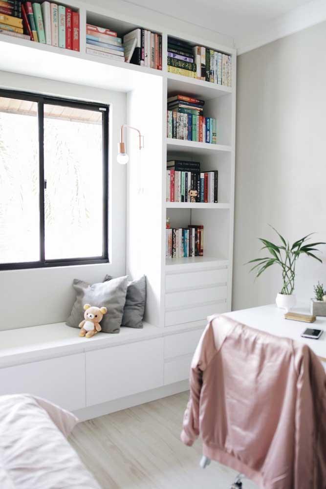 As prateleiras em torno da janela são ótimas para quem tem muitos livros para organizar e não sabe como fazer isso