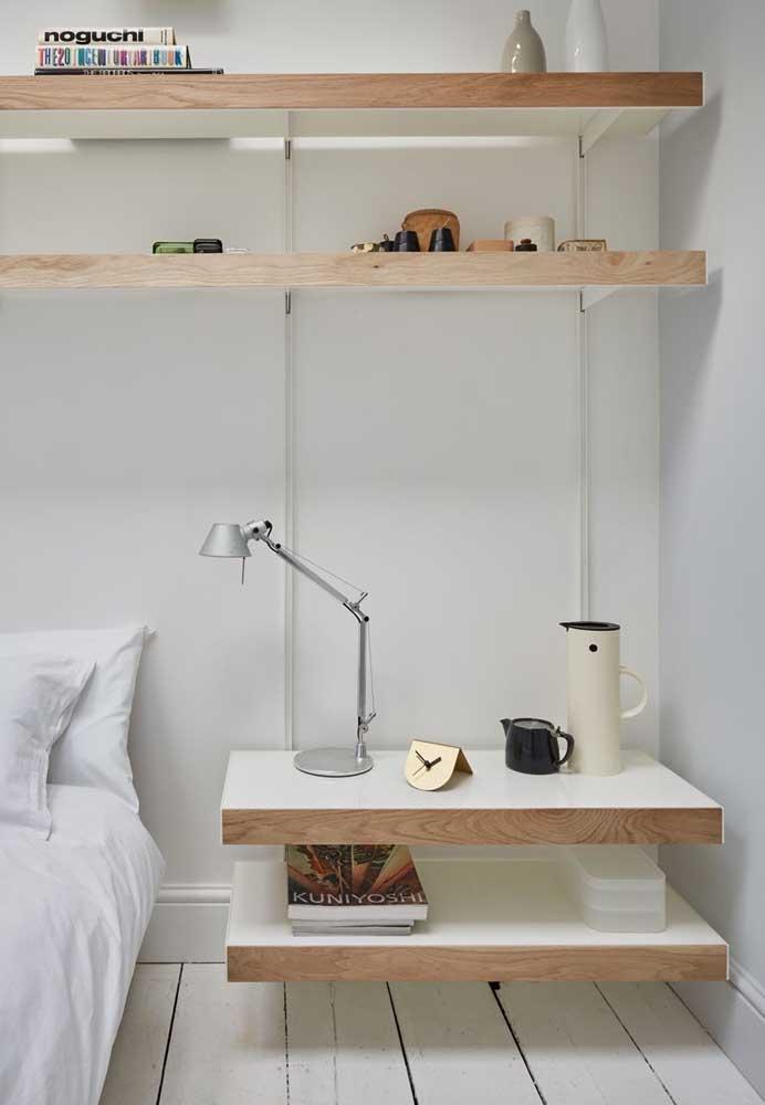 Prateleiras de madeira no trilho: essa opção permite regular a altura e a disposição das peças sempre que desejar