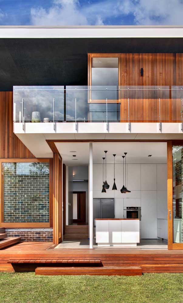 Fachada moderna com guarda corpo de vidro