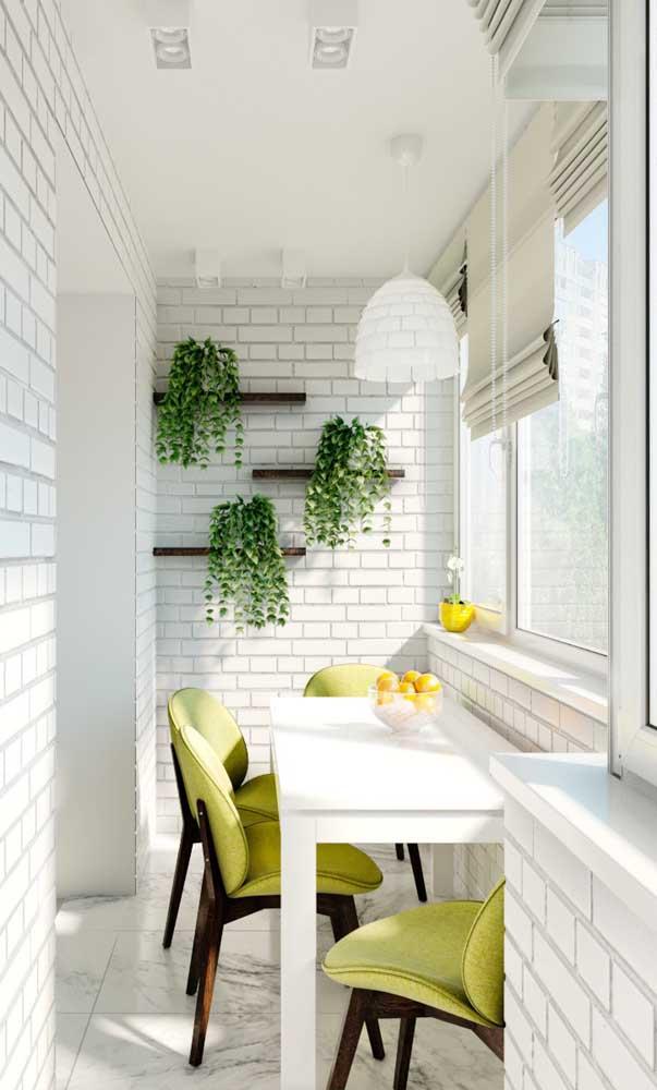 Espaço aconchegante criado na sacada de vidro e que pode ser usado em qualquer hora do dia, sem medo de chuva ou frio
