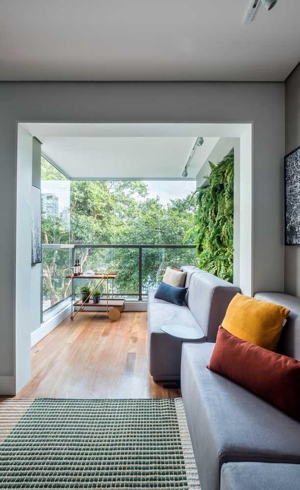 A sala de estar foi estendida até a varanda graças ao recurso do envidraçamento