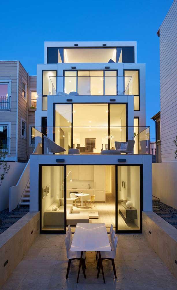 Nessa casa é possível notar como a sacada de vidro deixa a fachada mais elegante e sofisticada