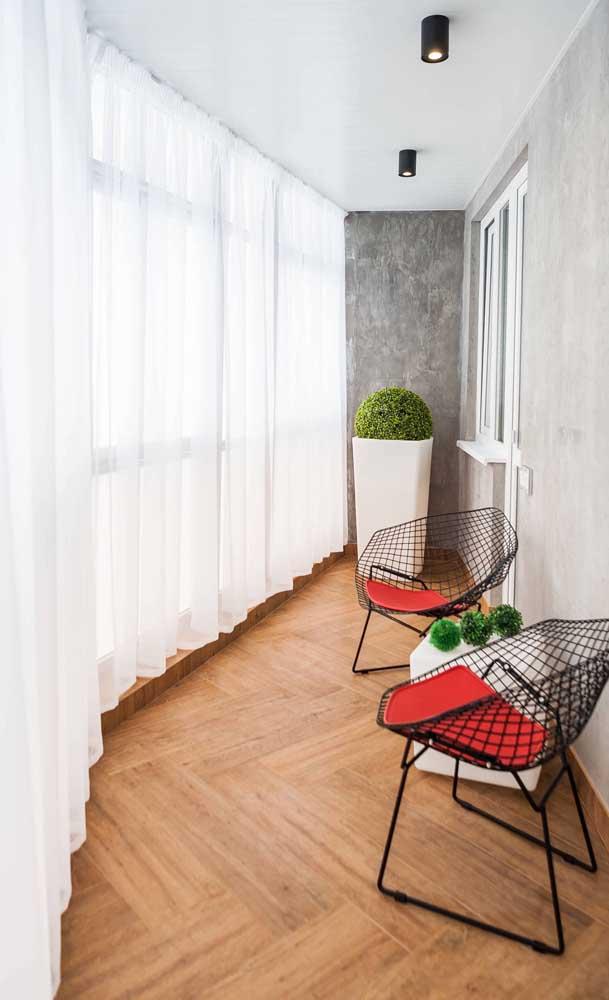 Essa varanda com formato arredondado ficou incrível com o envidraçamento; a cortina completa o visual do ambiente