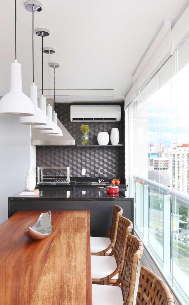 Varanda gourmet de apartamento envidraçada com abertura de correr
