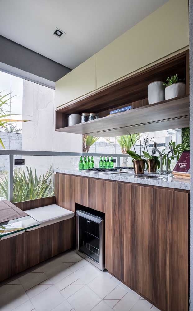 Porque não levar a cozinha para a sacada de vidro?
