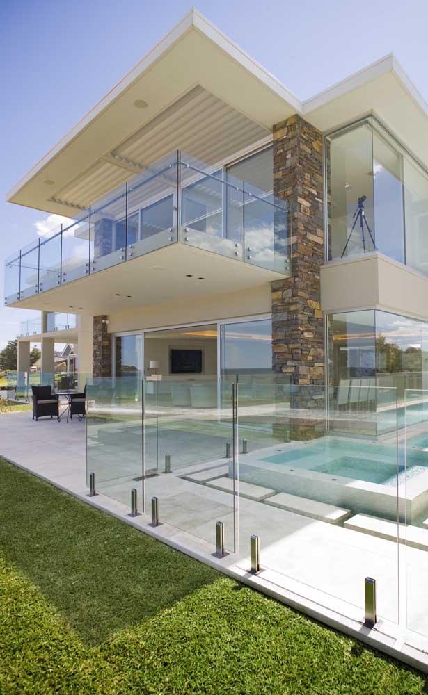 Elegância e leveza na fachada da casa com sacada de vidro