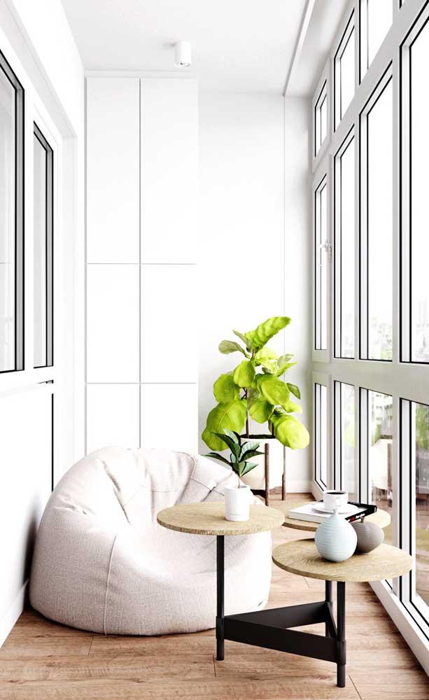 Aqui, a varanda foi dividida pela porta de vidro