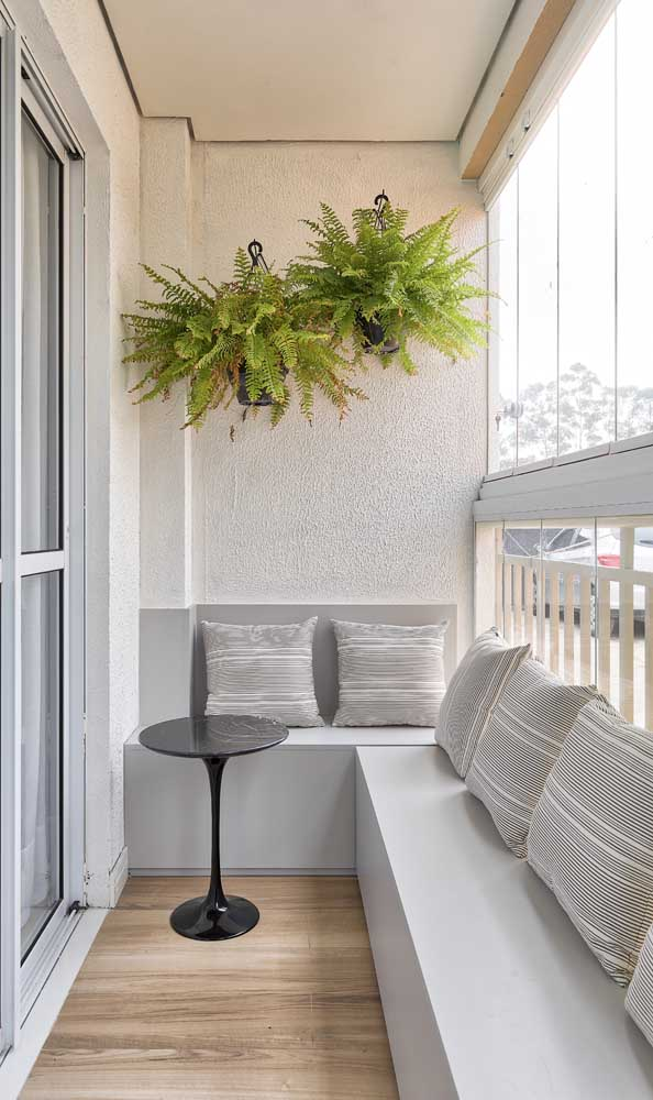 Sacada de vidro pequena; o fechamento permite mobílias diferenciadas no espaço