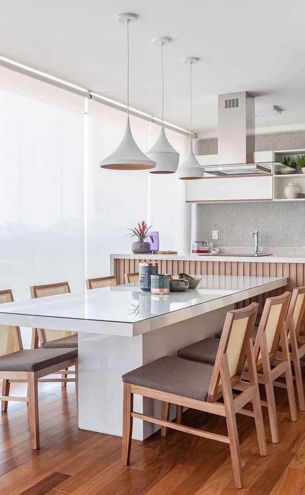 Varanda gourmet com vidro; para conter a claridade use persianas