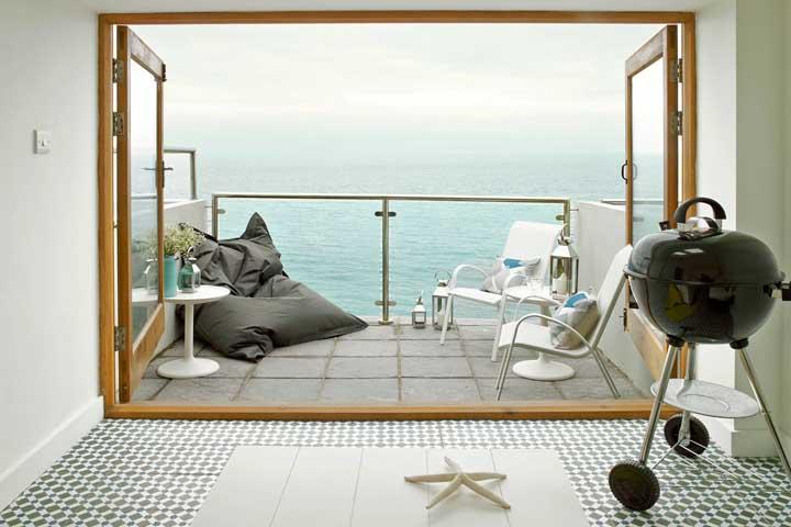 Um apartamento com vista para o mar não poderia contar com outro tipo de guarda corpo que não fosse o de vidro
