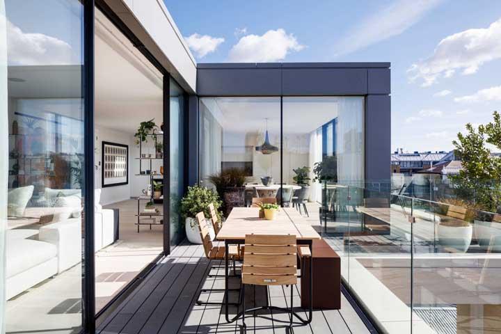 A limpeza da sacada de vidro deve ser constante para manter a beleza da estrutura