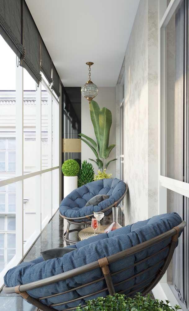 Sacada de vidro em apartamento moderno; para controlar a luminosidade foram usadas persianas
