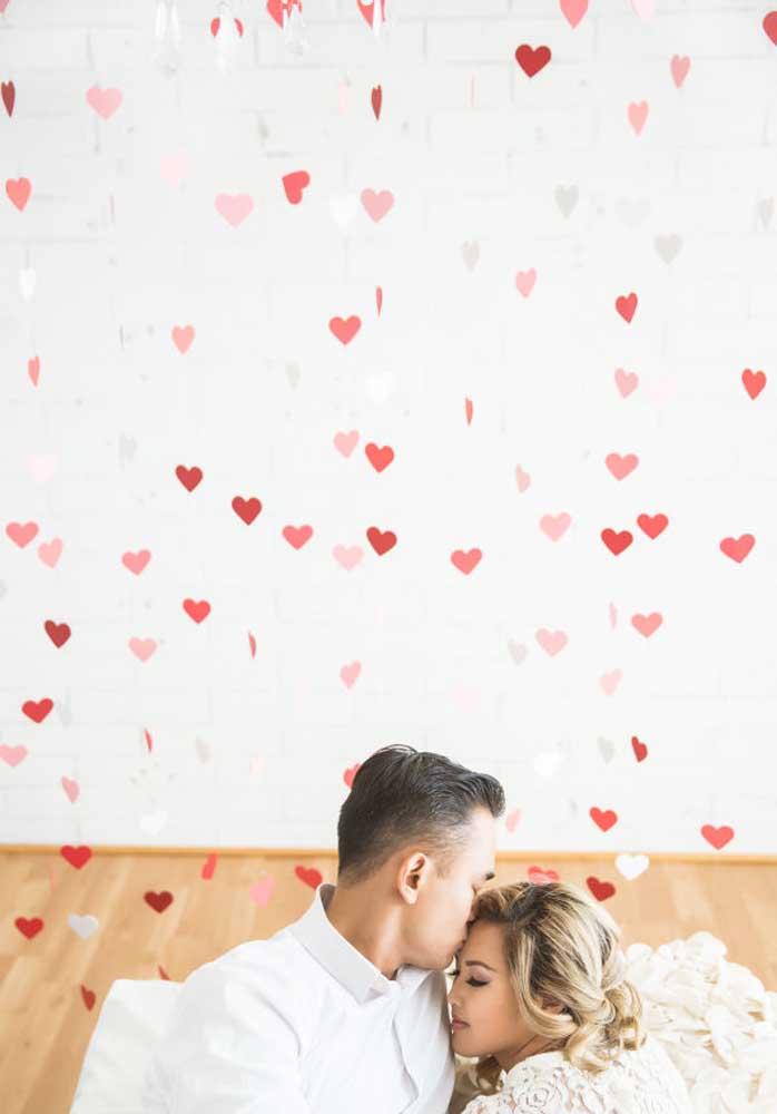 Faça um dia dos namorados surpresa para seu amor. Encha a casa com corações.