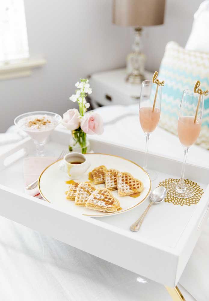 Acordar com o café da manhã servido na cama é a melhor surpresa para o dia dos namorados que você pode dá para o seu amor.
