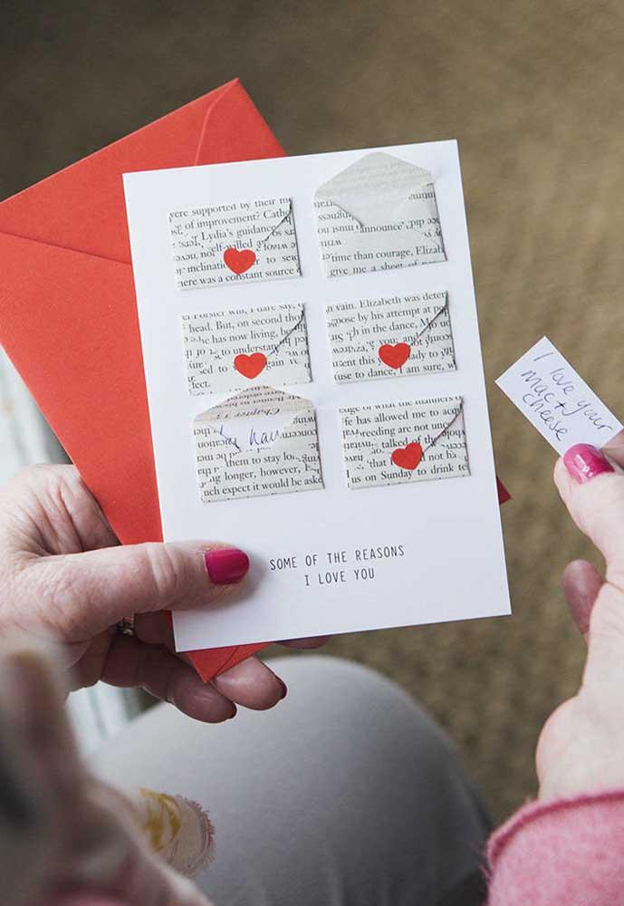 Coloque algumas mensagens dentro de envelopes pequenos, junte tudo e surpreenda seu amor.