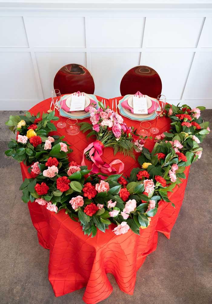 Até a decoração da mesa de jantar é uma declaração de amor.