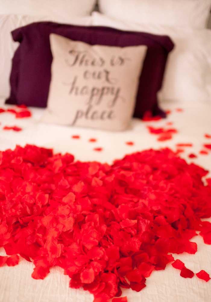 Que tal encher a cama com pétalas de rosa vermelha para receber a sua amada?