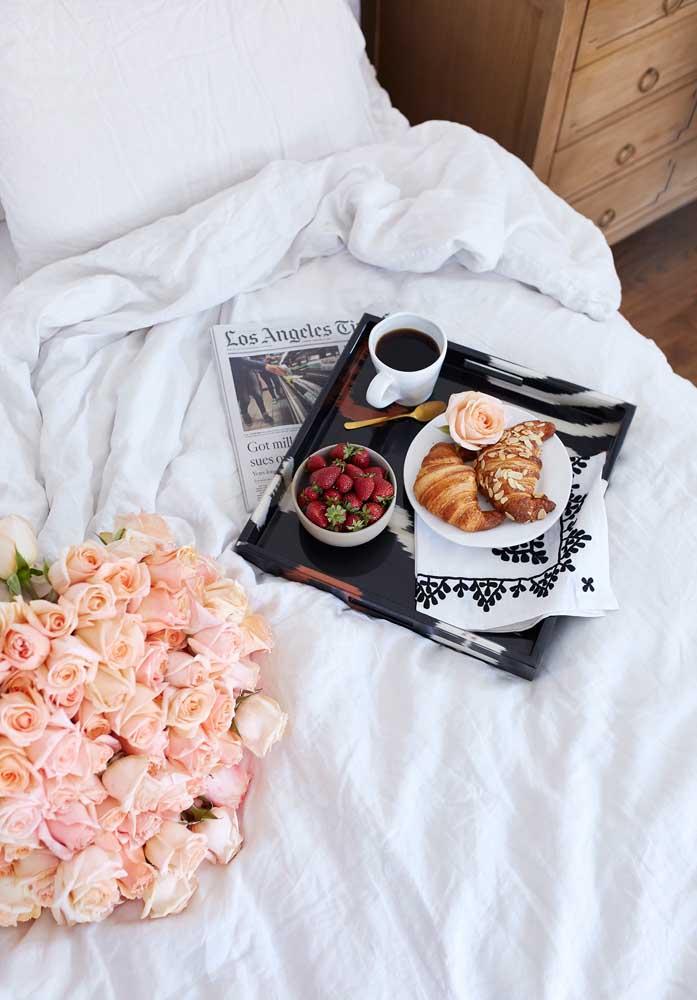 Prepare um café da manhã simples, mas feito com muito amor.