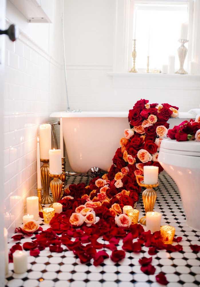 Se a ideia é apostar em algo mais picante, encha a banheira com rosas vermelhas para inspirar o seu amor.