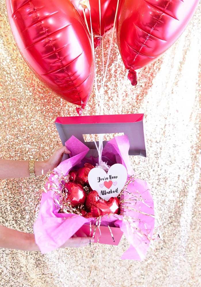 O que acha de encher uma caixinha com balões vermelhos para fazer uma surpresa dia dos namorados para homem?